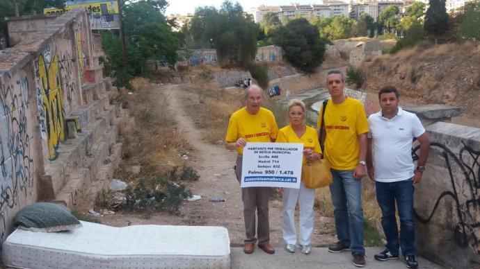 Membres de la secció local de Palma de l'ASM denunciant que l'espoli fiscal afecta la neteja de Palma