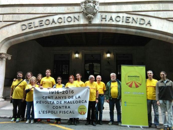 Representants de l'ASM davant Hisenda per recordar la revolta dels mallorquins contra l'espoli fiscal